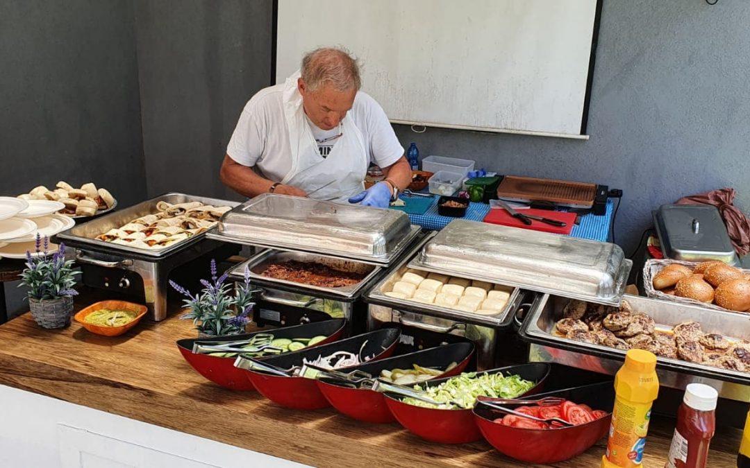 השף קרוזו בהכנות לקייטרינג ליום הולדת