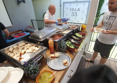 אורחים מגיעים לדוכני מזון